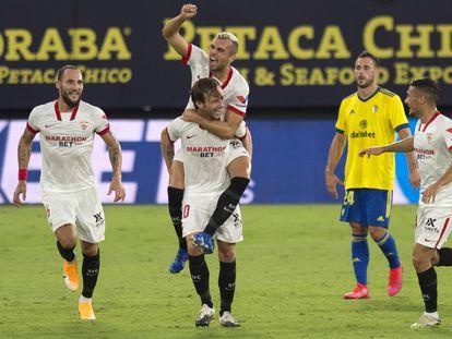 Los jugadores del Sevilla celebran el gol de Rakitic este domingo ante el Cádiz.