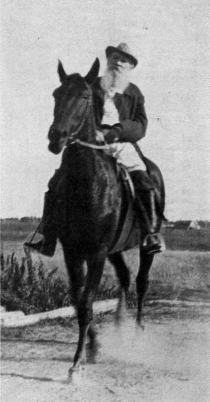 León Tolstói monta a caballo en Krekshino (Rusia) en 1909.