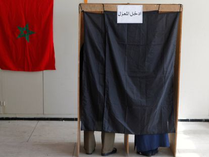 Cabina de votación en un colegio electoral de Rabat.