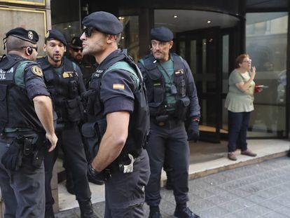 La Guardia Civil, durante el registro en Exteriores.