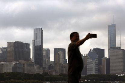 Un hombre se saca un selfie en Chicago.