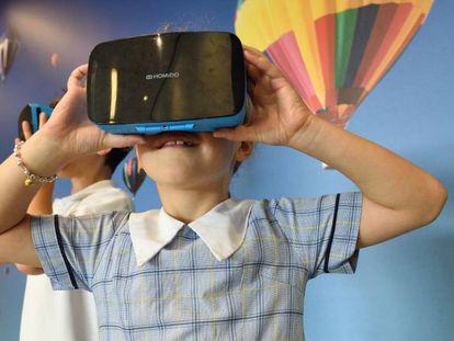 Una niña juega con un visor de realidad virtual.