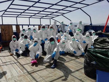 Los rescatados en una imagen previa a su traslado al ferry italiano donde pasarán la cuarentena.