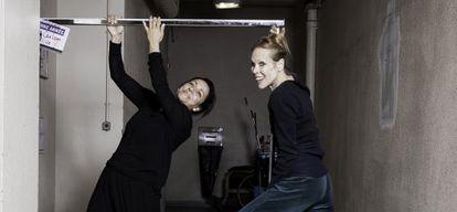 las bailarinas Eva Yerbabuena y Caroline Carlson en elTheatre de Chaillot Paris .