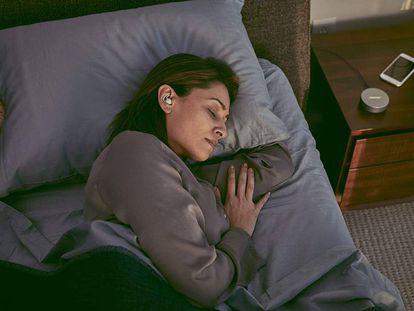 Una mujer descansa gracias a los auriculares Bose Sleepbuds, que ayudan a conciliar el sueño.