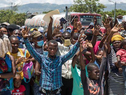Ciudadanos haitianos piden asilo frente a la Embajada de Estados Unidos en Tabarre, en Puerto Príncipe, días después del asesinato del presidente Jovenel Moïse.