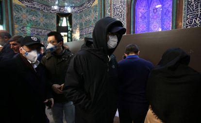 Hombres el pasado viernes durante las elecciones en Teherán.
