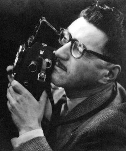 Autorretrato de Baldomero Pestana con su cámara Rollei.