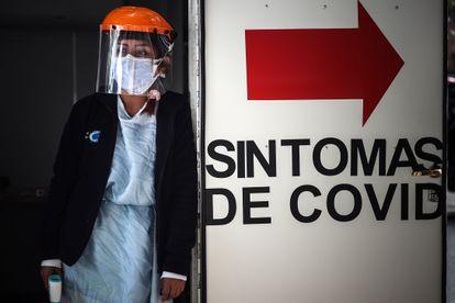 AME2657.  BUENOS AIRES (ARGENTINA), 26/04/2021.- Un trabajador de salud hace guardia en un área de emergencia por covid-19 en una clínica de Buenos Aires el 26 de abril.