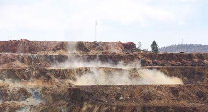 Primera voladura, este viernes en la mina de Riotinto.