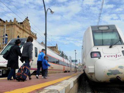 Pasajeros se dirigen a un convoy de media distancia de Renfe, en Huelva.