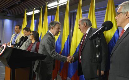 El presidente colombiano, Juan Manuel Santos, estrecha la mano a Álvaro Gil-Robles en presencia de los otros miembros del Comité de Escogencia.