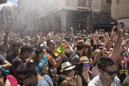 Jóvenes asistentes al Sonorama Ribera, ayer en la plaza del Trigo de Aranda del Duero (Burgos).