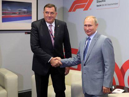 Vladímir Putin saluda al presidente de la República Srpska, Milorad Dodik, el pasado domingo en Sochi.