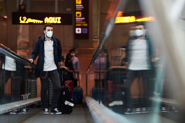 Un pasajero se dispone a embarcar este jueves en el aeropuerto de Barcelona.