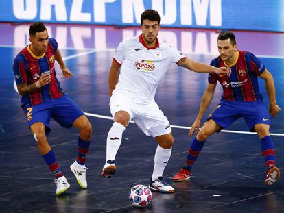Los jugadores del Barcelona, Aicardo y Dyego, disputan el balón con Matheus, de ElPozo Murcia, en final de la Champions.