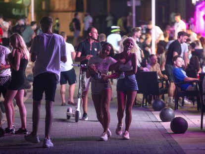 Jóvenes de fiesta en Magaluf (Mallorca), el 16 de julio.