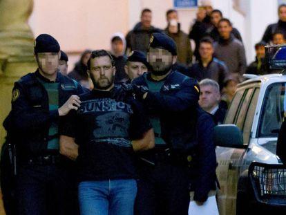 Agentes de la Guardia Civil trasladan al serbio Norbert Feher, acusado del asesinato de dos guardias civiles y un ganadero en Teruel, a su salida de los juzgados de Alcañiz.