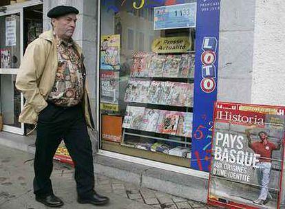 Quiosco de prensa en Tardets, con una publicidad de la revista <i>Historia</i> dedicada en agosto al País Vasco.