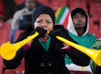 Una aficionada surafricana sopla la vuvuzela en el estadio Ellis Park.