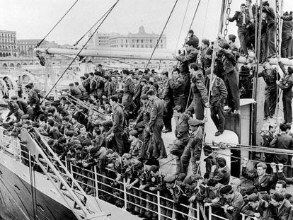 Soldados embarcan hacia Francia desde el puerto de Argel, en 1962, tras la firma del alto el fuego.