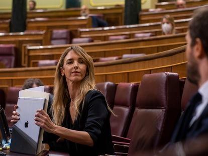 La portavoz del Grupo Popular en el Congreso de los Diputados, Cayetana Álvarez de Toledo, habla con el presidente del PP, Pablo Casado un pleno de la cámara