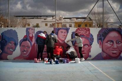 Alumnos del instituto Juan de la Cierva de Puente Genil (Córdoba) pintando una réplica del mural de Ciudad Lineal en febrero.