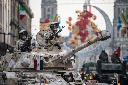 Elementos de las Fuerzas Armadas de México se preparanpara el desfile militar.