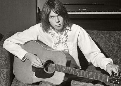 Neil Young con su camisa de chorreras en una imagen de finales de los sesenta.
