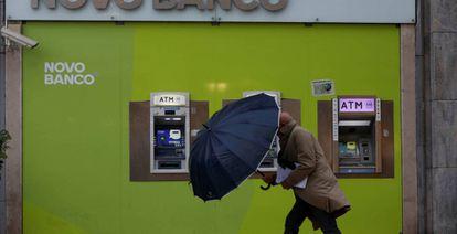 Fachada de una oficina de Novo Banco