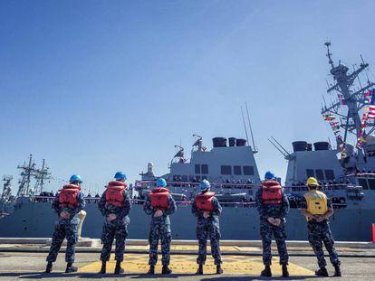 El destructor 'USS Porter', a su llegada a la base de Rota (Cádiz) en 2015. En vídeo, declaraciones de la ministra Robles.