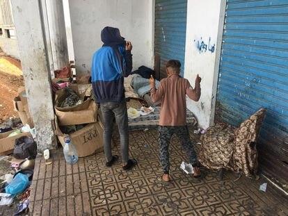 Dos menores, en un edificio cercano al mercado de la Marcha Verde, en Fnideq.