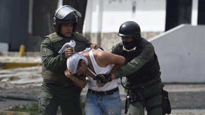 Un activista antigubernamental es detenido en Caracas en julio de 2017.