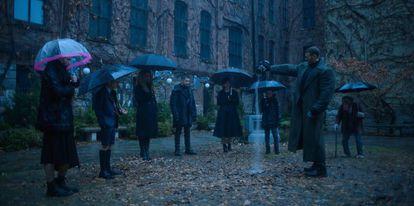Robert Sheehan, Aidan Gallagher, Emmy Raver-Lampman, Jordan Robbins, Ellen Page y Tom Hopper en 'The Umbrella Academy'.