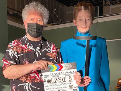 Tilda Swinton y Pedro Almodóvar, en el rodaje de 'La voz humana'
