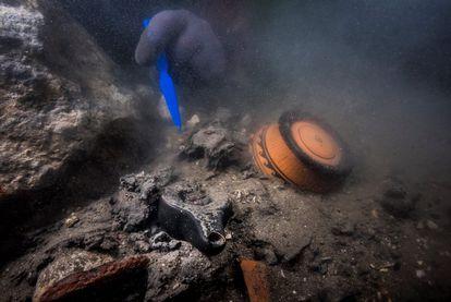 Restos de ofrendas griegas entre las ruinas de los santuarios abocados bajo el mar en Thonis-Heracleion.