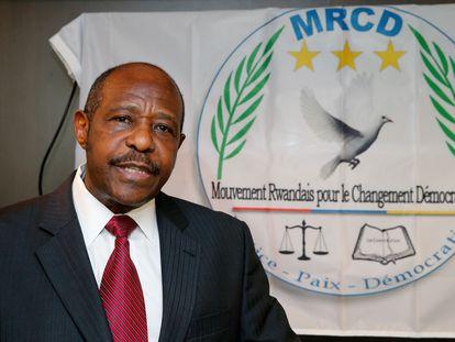 Paul Rusesabagina da un discurso en Bruselas como portavoz del Movimiento Ruandés para el Cambio Democrático en 2019.