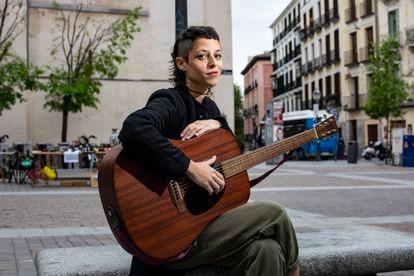 Travis Birds posa con su guitarra en la plaza de San Ildefonso de Madrid, el 15 de abril.