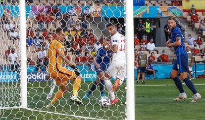 Ferran Torres, de tacón, marca el cuarto gol para España en el partido ante Eslovaquia.