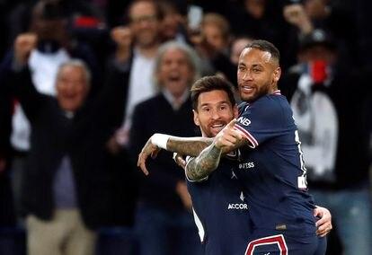 Messi celebra con Neymar el segundo gol del PSG contra el Manchester City.