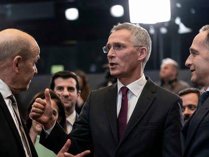 El secretario general de la OTAN, Jens Stoltenberg charla con los ministros de Exteriores francés y alemán durante la reunión.