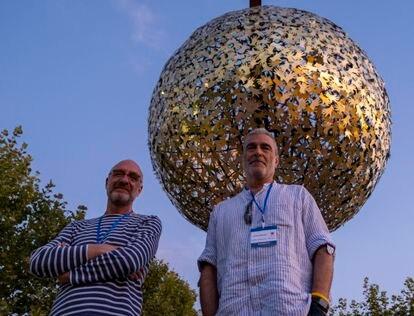 Nicolás Cahen, presidente de Astróbriga., a la izquierda, y Javier Rodríguez-Pacheco, catedrático de Astronomía y Astrofísica de la Universidad de Alcalá, ante la réplica del Sol.