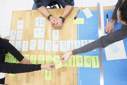 Búsqueda de soluciones tecnológicas (tarjetas blancas) a una serie de problemas (tarjetas amarillas) en la preparación de un 'moonshot' de Alpha.