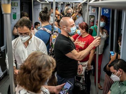 Decenas de pasajeros en los vagones de la línea 10 de Metro de Madrid, a finales de agosto.