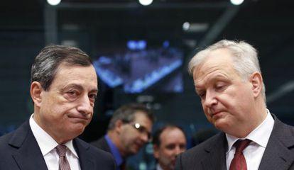 Mario Draghi junto al comisario de Asuntos Monetarios, Olli Rehn.