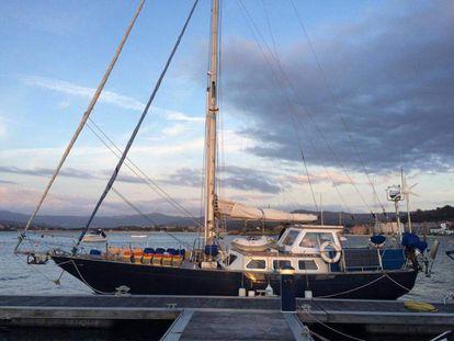 El velero `'Nicole', donde vive Tonichi y su familia en el puerto de  Baiona y donde viven el confinamiento por el coronavirus.