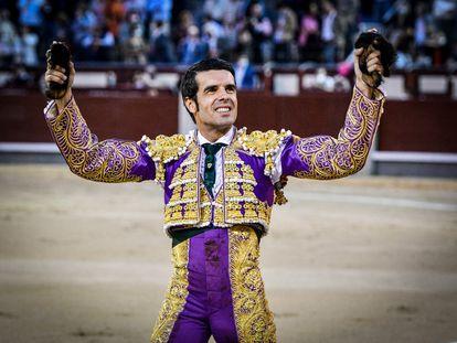 Emilio de Justo, con las dos orejas del quinto toro de la corrida del 2 de octubre en Las Ventas.