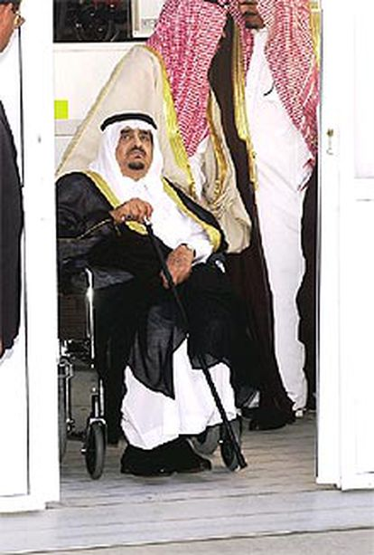 El rey de Arabia Saudí, ayer, en el aeropuerto de Málaga.