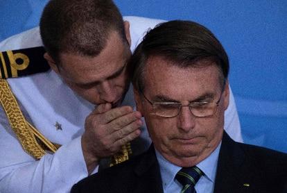 Jair Bolsonaro, durante una conferencia de prensa, junto a un militar.