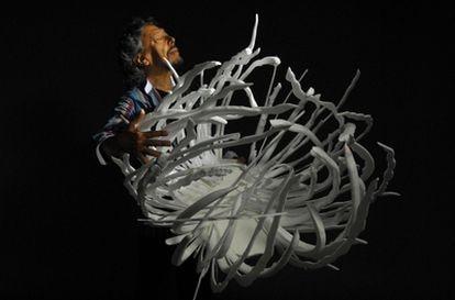 Lluís Llongueras con una de sus esculturas inspiradas en los fractales.